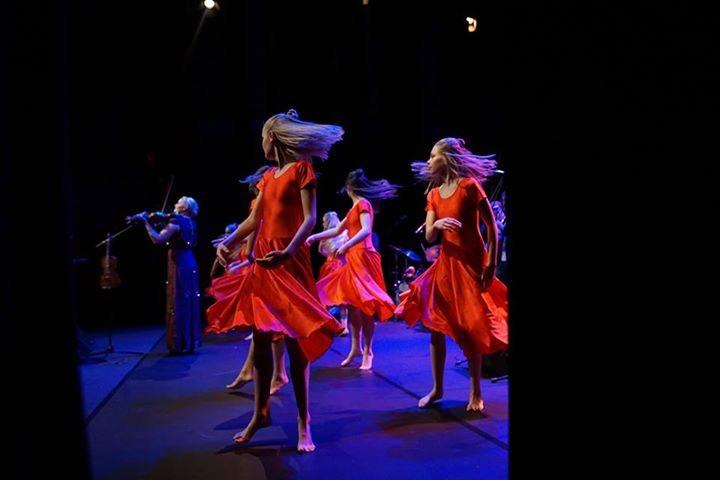 Sigrid Moldestad med dansarar og songarar frå Stord kulturskule